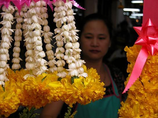 flower-seller-in-bangkok-market
